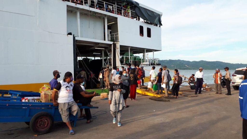 Rombongan-Pekerja-Migran-Indonesia-saat-menaiki-kapal-KM.-Tahlia-menuju-Parepare Sulawesi Selatan