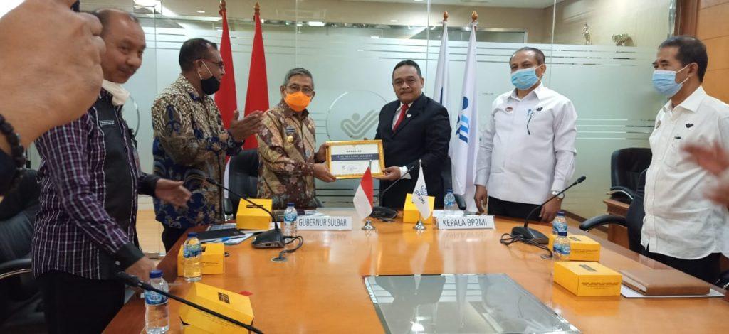 Gubernur Ali Baal Masdar Saat Menerima Pernghargaan Khusus dari Kepala BP2MI Benny Ramadhani